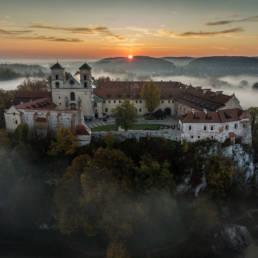 Tyniec we mgle o wschodzie słońca