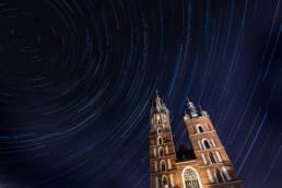 Taniec gwiazd (startrails) nad Kościołem Mariackim w Krakowie